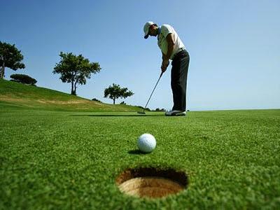 ¿Por qué las bolas de golf tienen agujeros?